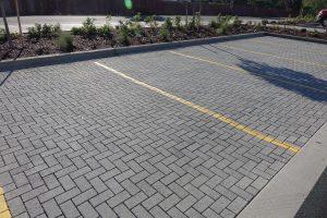 Мощение дорожек и парковки из цементной брусчатки