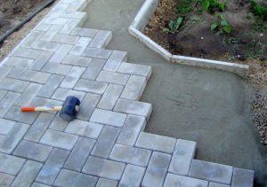 Мощение дорожек из цементной брусчатки